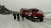 Drumurile ÎNZĂPEZITE le dau bătai de cap şoferilor. Pompieri au efectuat mai multe intervenţii (FOTO)