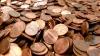NEBUNIE CURATĂ! Un bărbat a achitat o taxă de mii de dolari în monede (VIDEO)