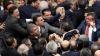BĂTAIE în masă în Parlament. Mai mulţi deputaţi s-au ales cu răni după ce şi-au împărţit pumni (VIDEO)