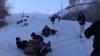 AVENTURĂ filmată de nepoţi! Cinci pensionari, surprinși în timp ce se dădeau în ligheane pe pârtie