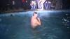 Slujbă de Bobotează la Mănăstirea Hâncu. Cei mai curajoşi enoriaşi s-au scufundat în apa rece ca gheaţa (VIDEO)
