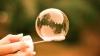 RECORD! Un bărbat a făcut un balon de săpun cu care a cuprins 275 de elevi și o mașină (FOTO)