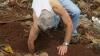 INCREDIBIL! Ce a găsit un bărbat în timp ce săpa în grădină (FOTO)