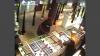 A furat bijuterii de peste 10.000 de lei. Ajută Poliţia să identifice infractorul din imagini (VIDEO)