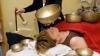 """""""Ai senzaţia că ai fost în cosmos!"""" Yoghinii şi medicii terapeuți despre masajul sonor cu boluri tibetane"""