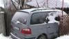 SITUAŢIE UIMITOARE: Un șofer stă de șase luni cu mașina ÎNFIPTĂ ÎN GARD. Care este motivul