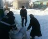Poliţiştii în SPRIJINUL cetăţenilor! Cum îi ajută pe cei blocaţi în urma viscolului (FOTO)