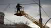 ALARMANT! Sute de stâlpi a rețelei electrice de troleibuze din Capitală pot cădea la prima atingere (FOTOREPORT)