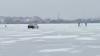 NEBUNIE CURATĂ! Un taximetrist se plimbă cu maşina pe lacul Ghidighici (VIDEO)
