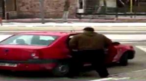 Lipsa de bun simț la superlativ! Un bărbat din Bălți, surprins cum îşi făcea nevoile în plină stradă (VIDEO)