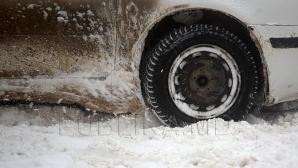 POTOP ALB în sudul Moldovei: Maşini blocate în zăpadă şi drumuri greu accesibile (VIDEO)