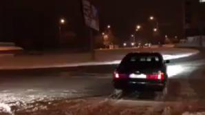 SENZAŢII TARI! Un şofer făcea drift într-un sens giratoriu din sectorul Botanica (VIDEO)
