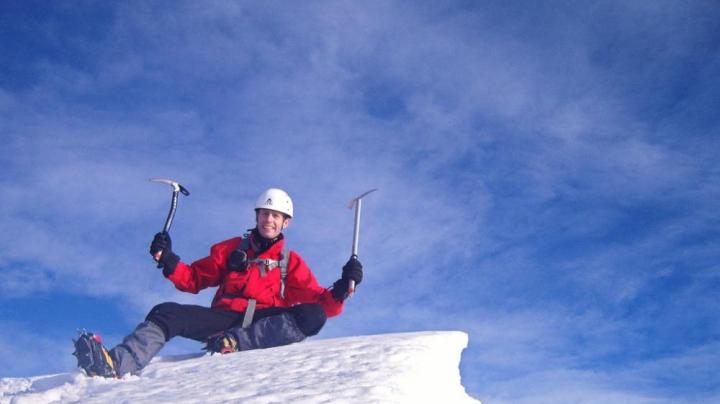Două persoane au murit pe Muntele Everest după ce o mulțime de turiști a rămas blocată.  200 de cadavre au rămas pe munte, în aproape un secol