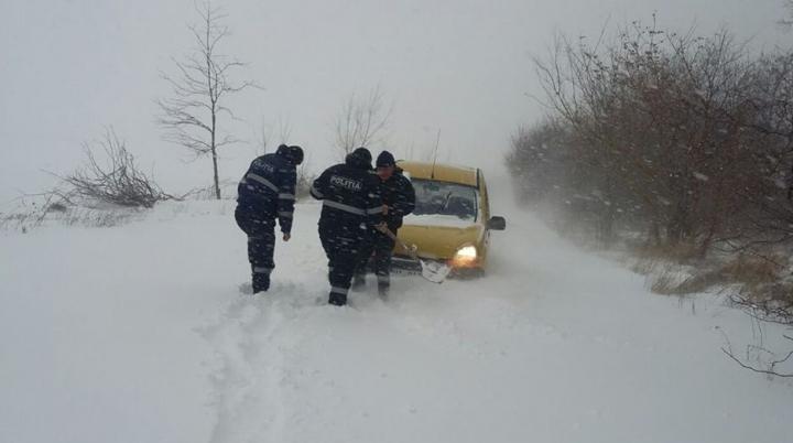 COD PORTOCALIU! Iarna îşi arată colţii la Cahul. Poliţiştii intervin pentru a acorda ajutor (VIDEO)