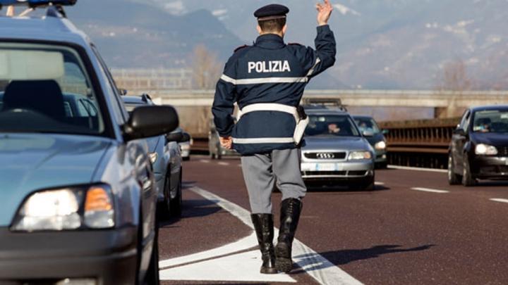 Poliţiştii au oprit un automobil pentru un control de rutină. Şi-au pus mâinele în cap când au văzut cine era la volan
