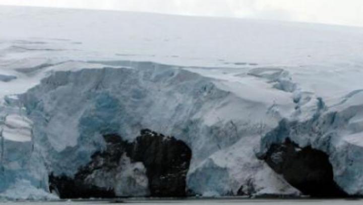 ÎNGRIJORĂTOR: Un aisberg gigantic, din ce în ce mai aproape să se desprindă de Antarctica