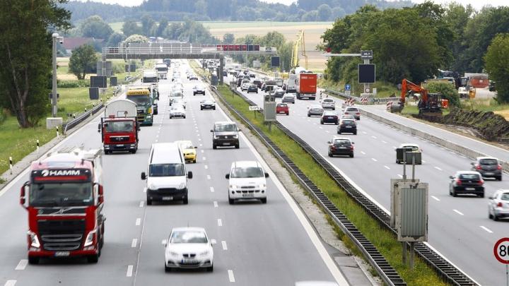 Germania va impune tuturor şoferilor care circulă pe autostrăzi să plătească taxe periodice