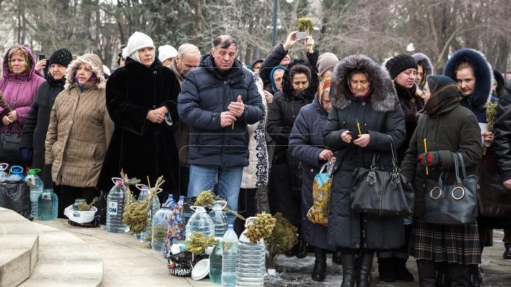 Ajunul Bobotezei pe Stil Vechi. Credincioşii s-au dus la biserică pentru a lua apă sfinţită (FOTOREPORT)