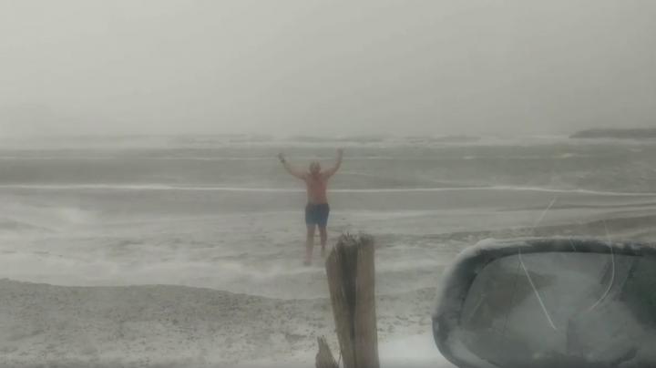 GREU DE IMAGINAT! Un bărbat se scaldă în mare pe Cod Roșu de viscol (VIDEO)