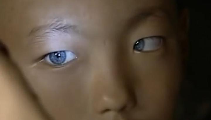 Copilul care face parte dintr-o nouă rasă umană. Are ochi cu o sclipire asemeni pisicilor