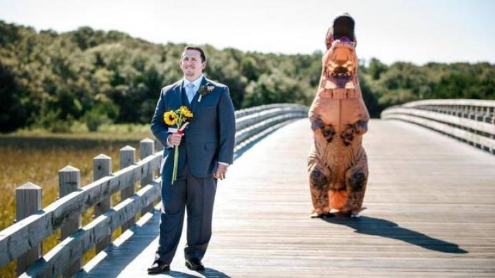 S-a căsătorit cu o MIREASĂ-DINOZAUR. Vezi reacţia mirelui când şi-a văzut reptila (VIDEO)