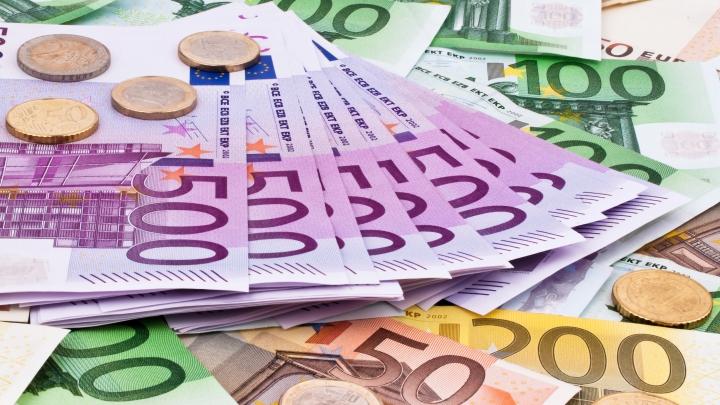 SUTE DE MII DE EURO descoperiți în bagajul unui moldovean! Unde se ducea cu banii
