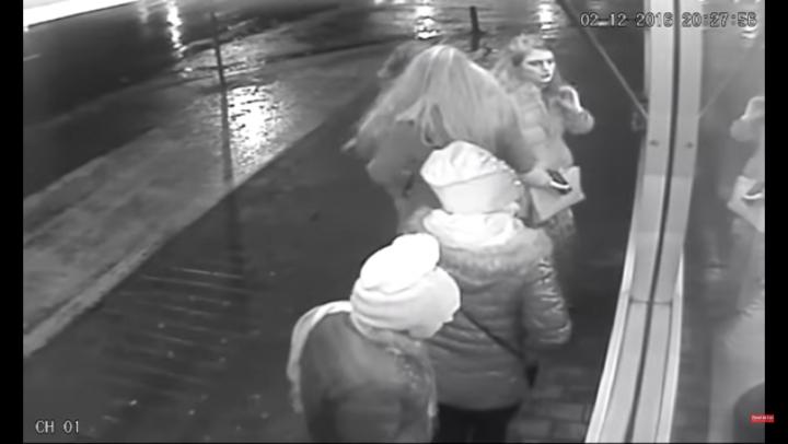 Două femei TERORIZEAZĂ studentele care ies seara la cumpărături (VIDEO)
