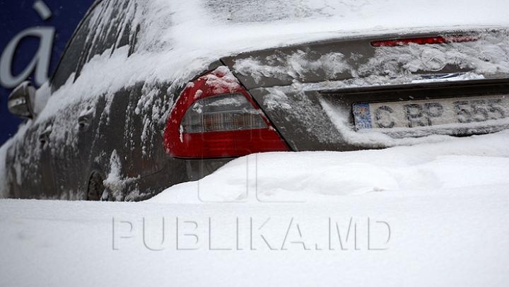 Deszăpezire în Bucureşti cu... maşina personală (VIDEO)