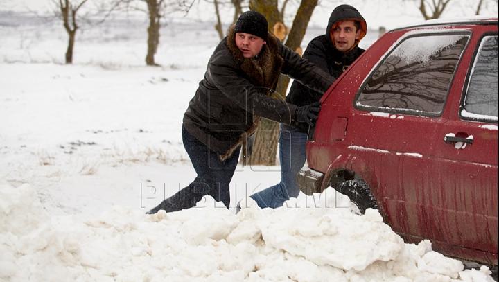 Iarnă grea în Moldova! Circulația rutieră, BLOCATĂ în sudul ţării! LISTA TRASEELOR ÎNZĂPEZITE