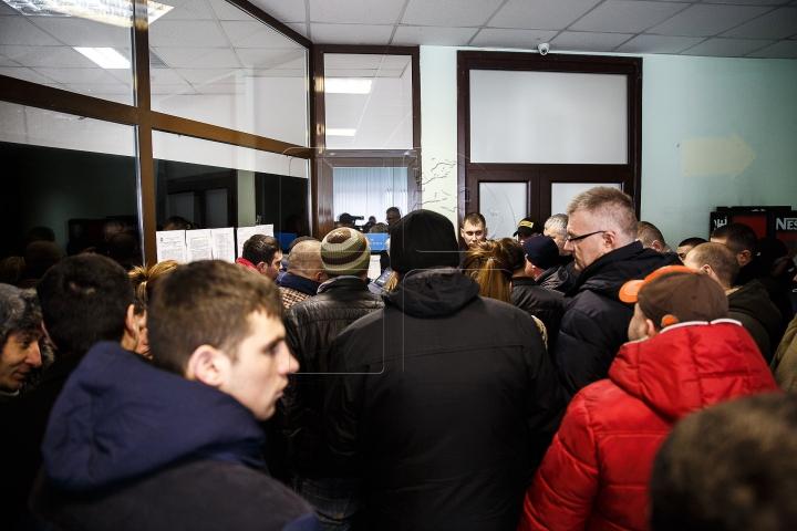 Cozi la biroul vamal din Capitală. Moldovenii se grăbesc să-şi vămuiască și să înregistreze maşinile în ţară (FOTO)