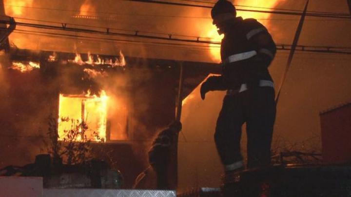 Incendiu în Bacău. Trei case au fost înghițite de flăcări, iar peste 40 de pompieri s-au luptat cu vâlvătaia