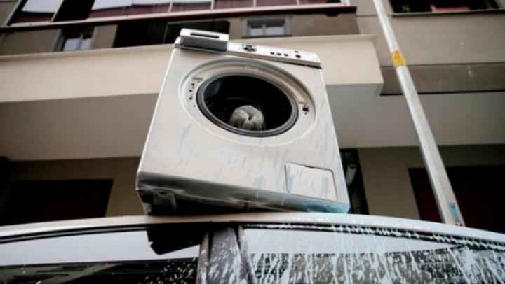 Gestul lui FACE ÎNCONJURUL LUMII. Un bărbat furios a aruncat pe geam maşina de spălat cu rufe în ea