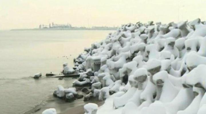 """FENOMEN RAR! Marea Neagră a început să """"fiarbă"""" la minus 15 grade (VIDEO)"""