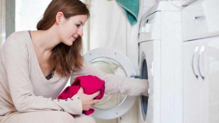 A pus ceva în mașina de spălat și a scos hainele perfect călcate. Care e SECRETUL