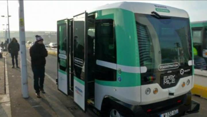 O nouă ERĂ a ROBOȚILOR! În Paris a fost lansat PRIMUL autobuz fără şofer. Cum funcționează