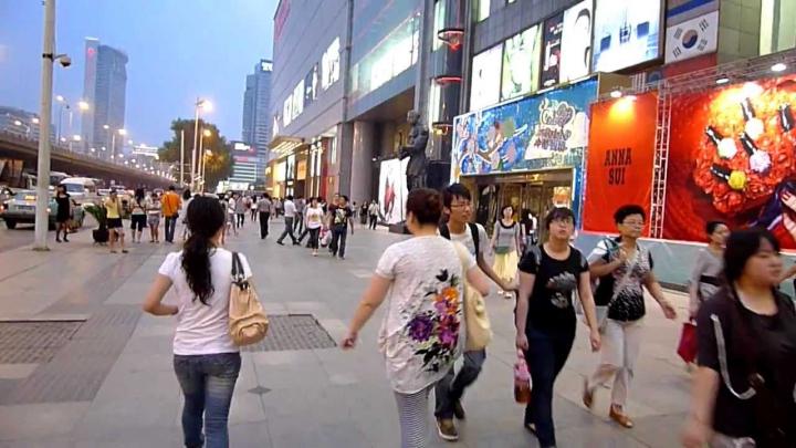Au crezut că nu văd bine! Imaginile apărute pe ecranului unui televizor de lângă un mall (VIDEO +18)