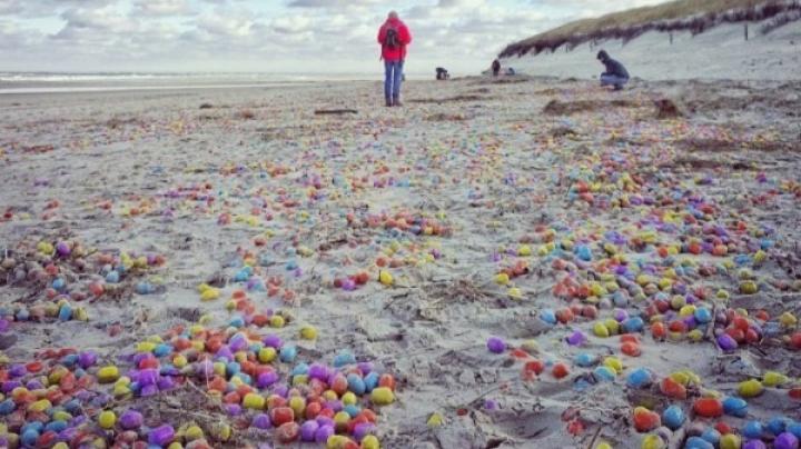 Mii de ouă Kinder, aduse de maree pe o plajă din Germania. Motivul este impresionant