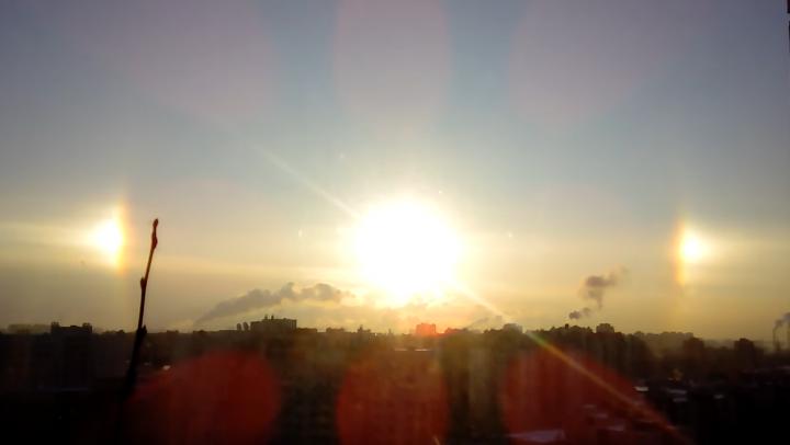 TREI SORI PE CER! Fenomenul extrem de rar a fost observat în Rusia (VIDEO)