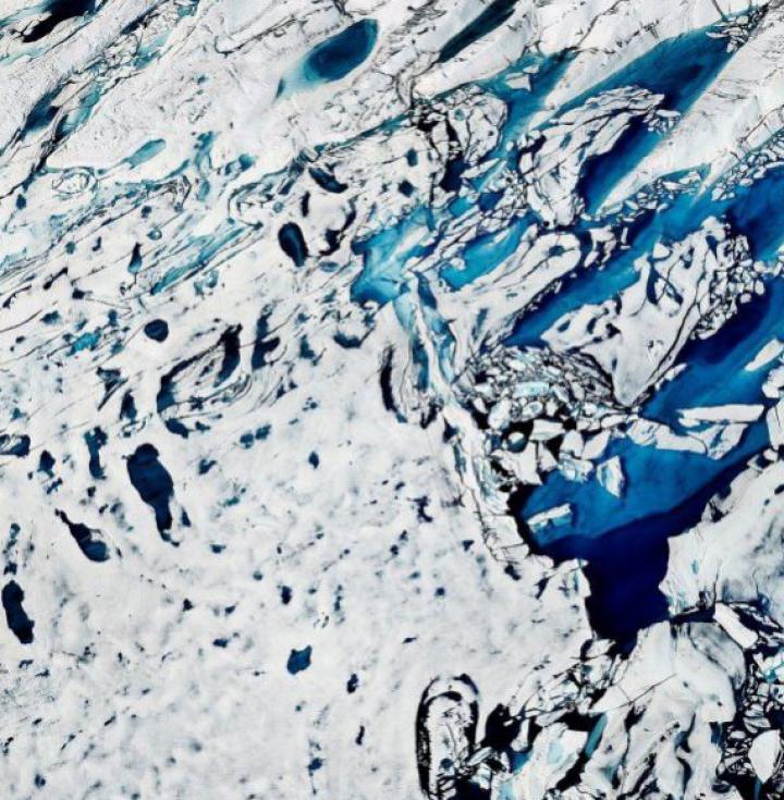 (FOTO) Terifianta frumuseţe a lacurilor albastre din Arctica dezvăluie o SITUAŢIE CATASTROFALĂ