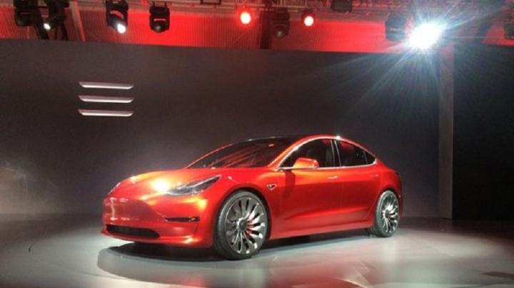 Tesla a angajat un programator Apple pentru a dezvolta funcția de conducere autonomă a automobilelor