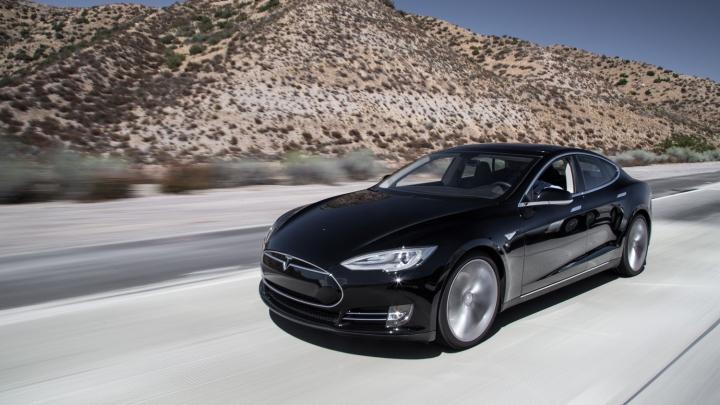 Aventura prin deşert a unui proprietar Tesla Model S s-a încheiat NEAŞTEPTAT! Salvarea a venit de la soţie