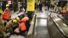 """""""Să muriţi în flăcări!"""" Un bărbat a dat foc mai multor persoane în metroul din Hong Kong"""