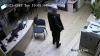 Se caută HOŢUL! A furat un telefon şi un portmoneu dintr-un centru de limbi străine (FOTO)