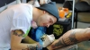 Caz UIMITOR! Povestea unui artist tatuator căruia îi lipseşte un braţ