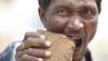ŞOCANT! Un bărbat mănâncă cărămizi, pietriş şi noroi. Doar aşa îşi poate potoli foamea