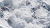 Și-a văzut moartea cu ochii. Un turist care se dădea cu snowboard-ul a scăpat ca prin minune după ce s-a trezit în mijlocul unei avalanșe