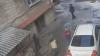 Individul din imagini ESTE CĂUTAT de poliţie. Abordează minori pe stradă şi îi deposedează de lucruri (VIDEO)