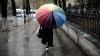 EXPERIMENT UIMITOR! Cum reacţionează oamenii când sunt luaţi sub umbrelă în Capitală (VIDEO)