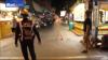 NO COMMENT! Un rus se plimbă în PIELEA GOALĂ pe stradă şi ameninţă trecătorii cu CUŢITUL (VIDEO 18+)