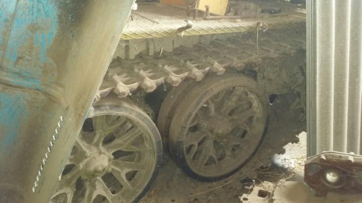 Tanc T-54, descoperit într-o gospodărie din Varniţa. Proprietarii se încurcau în declaraţii (VIDEO)